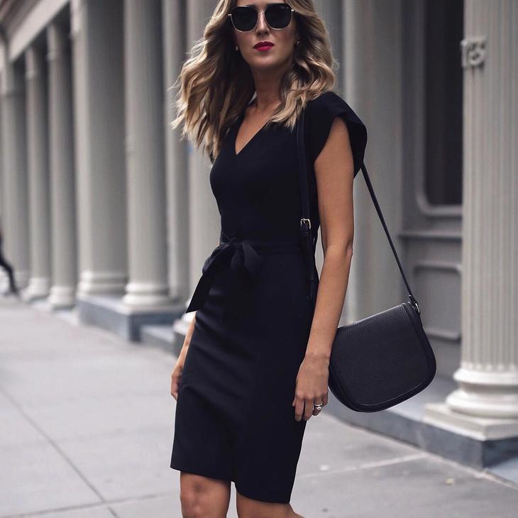 фото показан черное платье футляр фото модного образа собаки