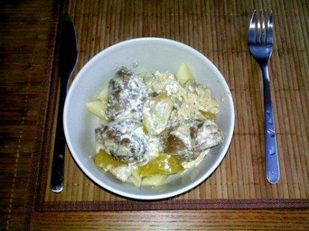 Говядина в сливках с яблоками и луком