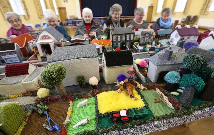 Дамы из Северной Ирландии большие любительницы вязать, поэтому немного увлеклись и связали… свою деревню!