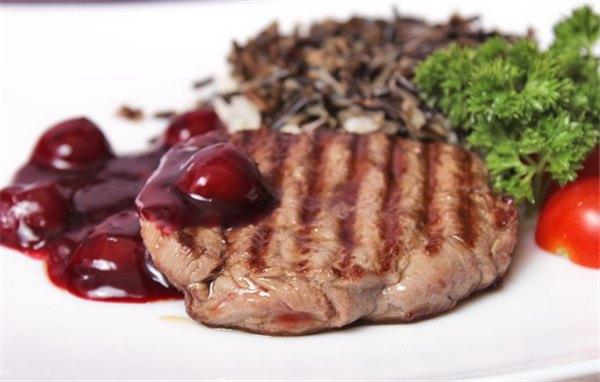 Мясо с вишней – на столе не будет лишним