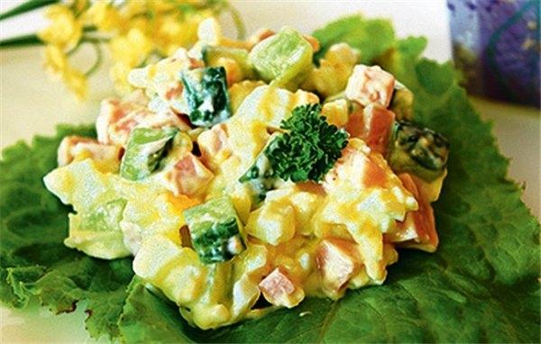 Подборка салатов с колбасным сыром – удивляем простотой