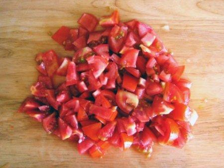 Сборный салат с помидорами и ветчиной.