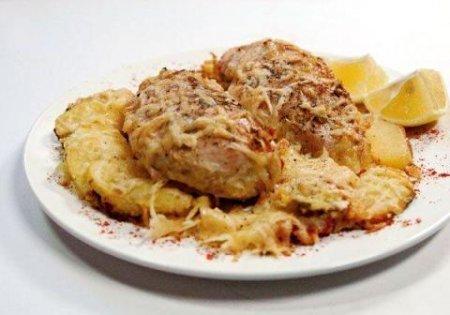 Куриные грудки, запеченные в сливках под сыром.