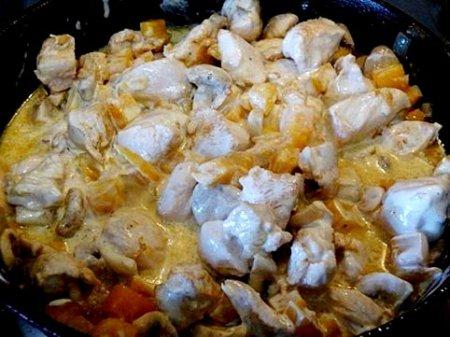 Курица с тыквой и шампиньонами в сметане.
