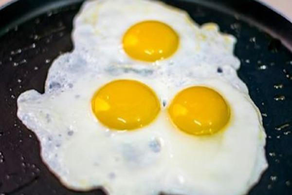 Сосед, который 30 лет отработал поваром сказал: -Солите не яичницу, а масло, на котором она жарится!-…