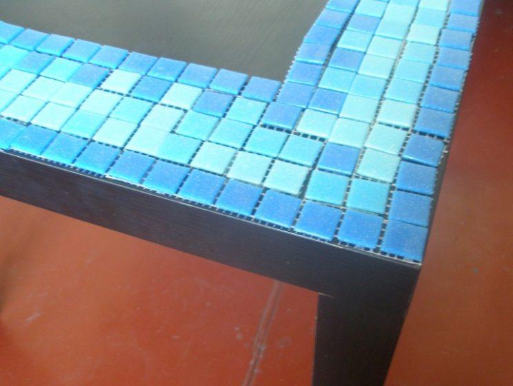 Взял старый стол, раствор, керамическую плитку и сотворил просто чудо. Вы только посмотрите на это…