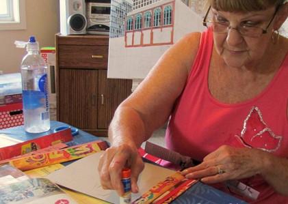 С помощью старых журналов бабушка украсила стены своего дома…