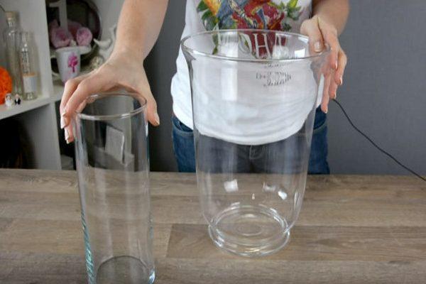 Женщина кладет свечу в большую вазу и наливает воду. Получилась удивительная красота…