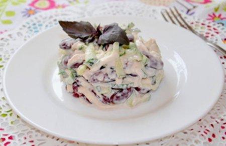 Салат с фасолью и сыром.