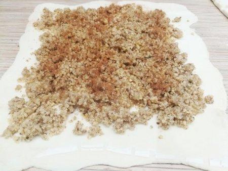 Пирог из слоеного теста с орехово-медовой начинкой