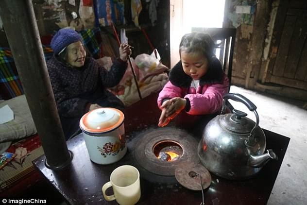 Пятилетняя девочка стала единственной сиделкой для бабушки и прабабушки ( 9 фото )