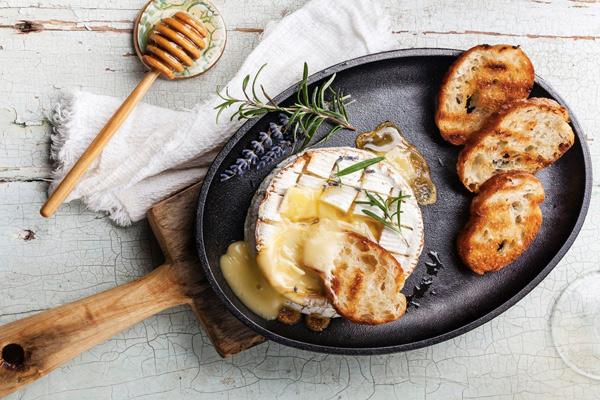 10 способов вкусно запечь сыр в духовке