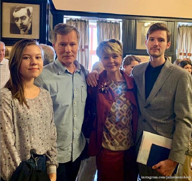 Юлия Меньшова показала семейное фото с выпускного сына из школы-студии МХАТ