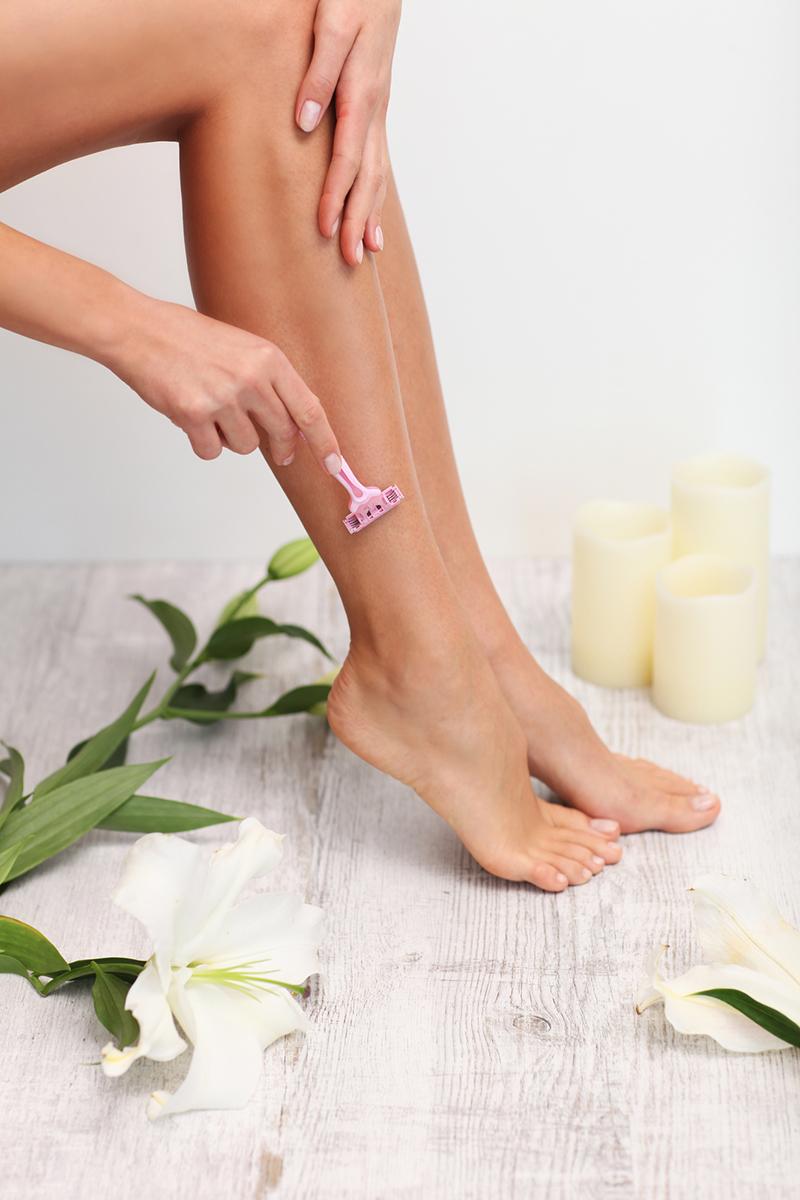 Скраб, правильные движения и другие советы для тех, кто хочет брить ноги реже и забыть о порезах