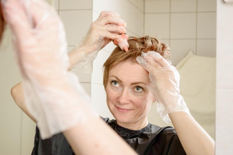 Провела расческой и поняла, что облысела: бьюти-блогер во время окрашивания лишилась волос в прямом эфире