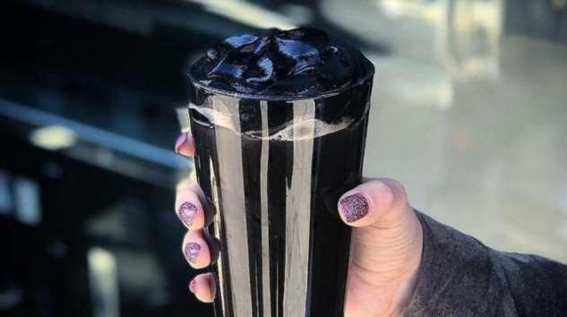 Черный-черный кофе и черные-черные сливки: в кафе Нью-Йорка подают самый темный кофе