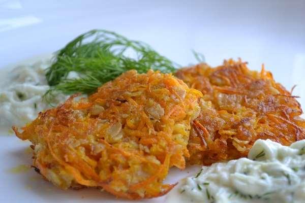 Морковно-луковые оладьи: простое блюдо к завтраку