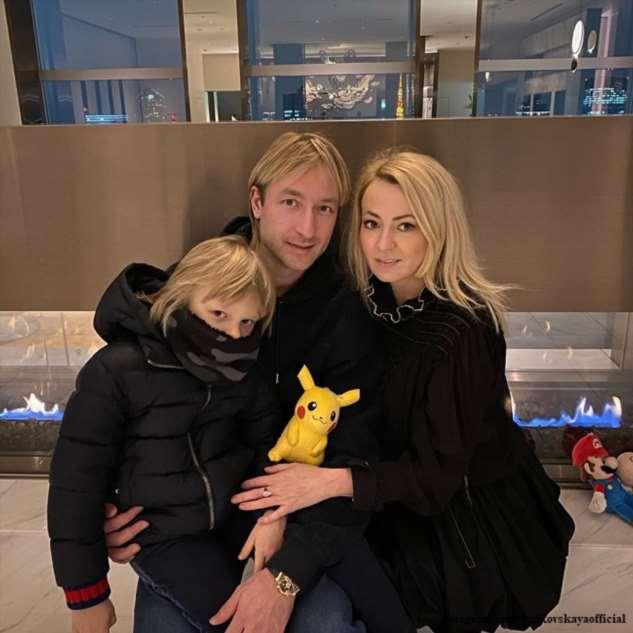 Рудковская и Плющенко с сыном отправились на гастроли в Японию, прихватив медицинские маски