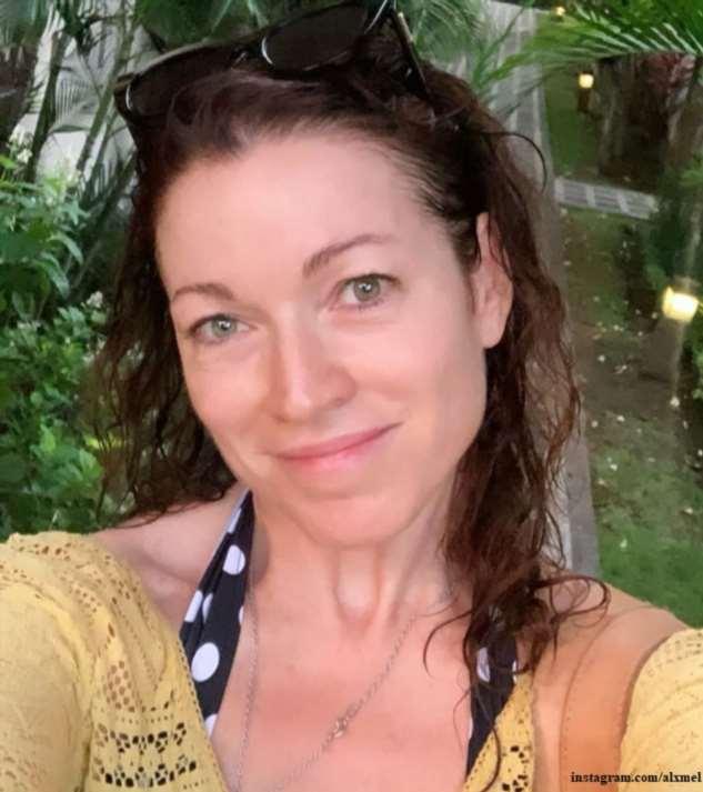 Алена Хмельницкая показала стройную фигуру  в купальнике на фоне водопада на Бали