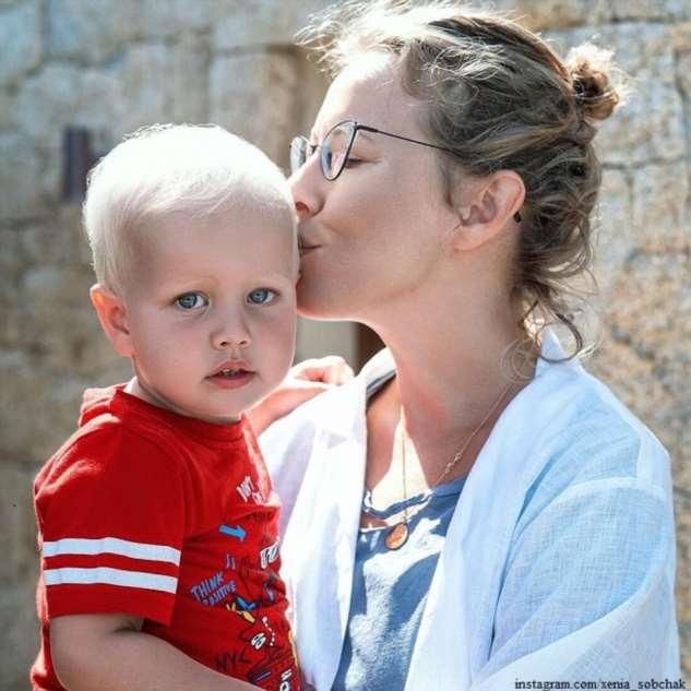 3-летний сын Ксении Собчак научился кататься на горных лыжах за три дня