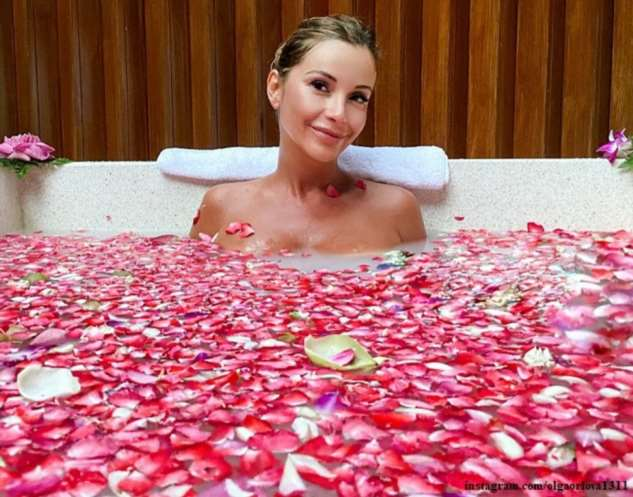 Ольга Орлова искупалась в лепестках роз