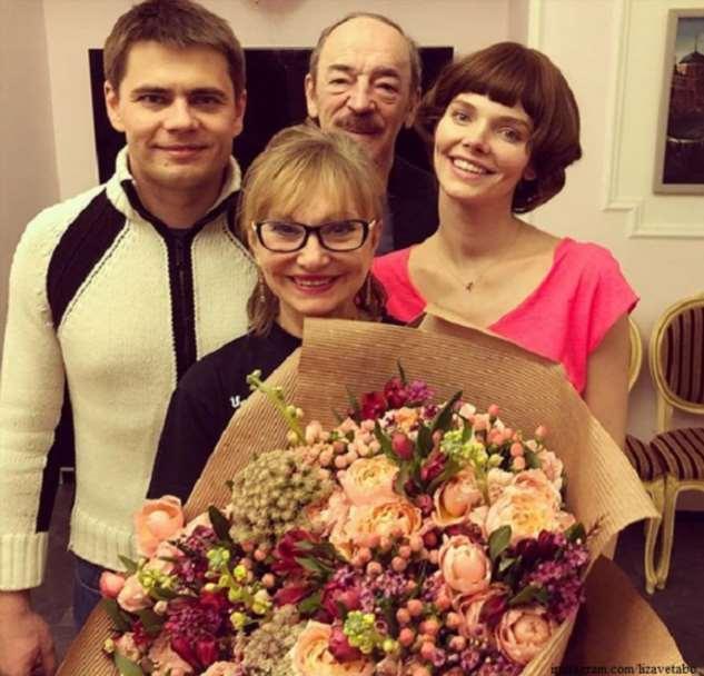 Елизавета Боярская  опубликовала семейное фото с родителями и братом в честь его юбилея