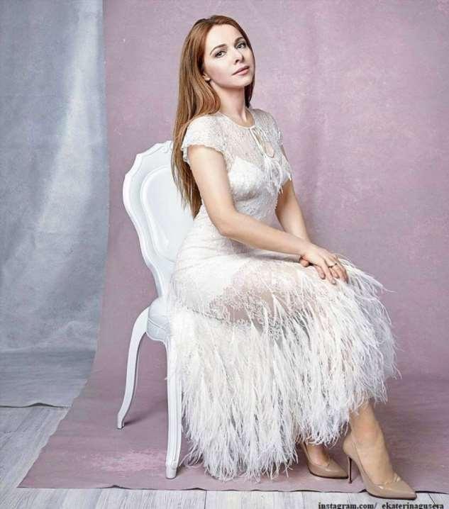 Екатерина Гусева появилась на сцене в жакете и колготках в сетку