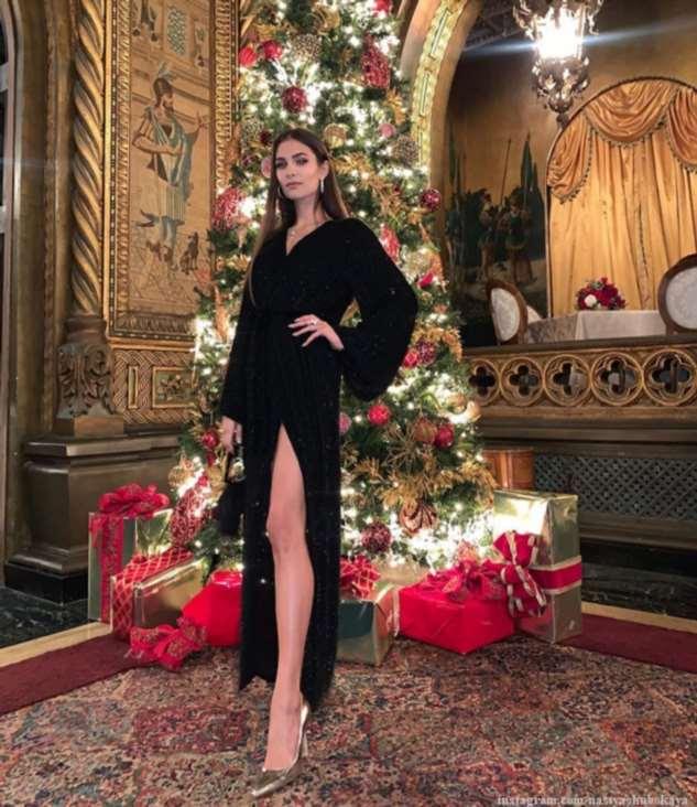 Жена Александра Овечкина поделилась семейным рождественским фото, поздравив всех с праздником