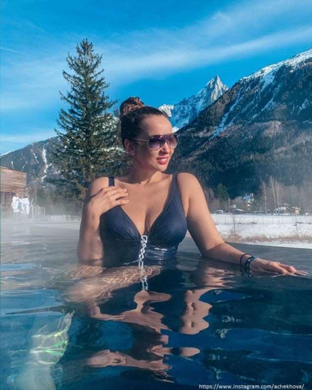 Анфиса Чехова сфотографировалась в купальнике в заснеженных горах