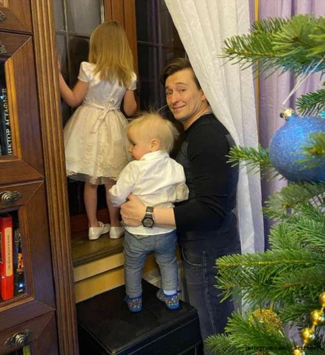 Сергей Безруков показал, как танцует с трёхлетней дочкой у елки