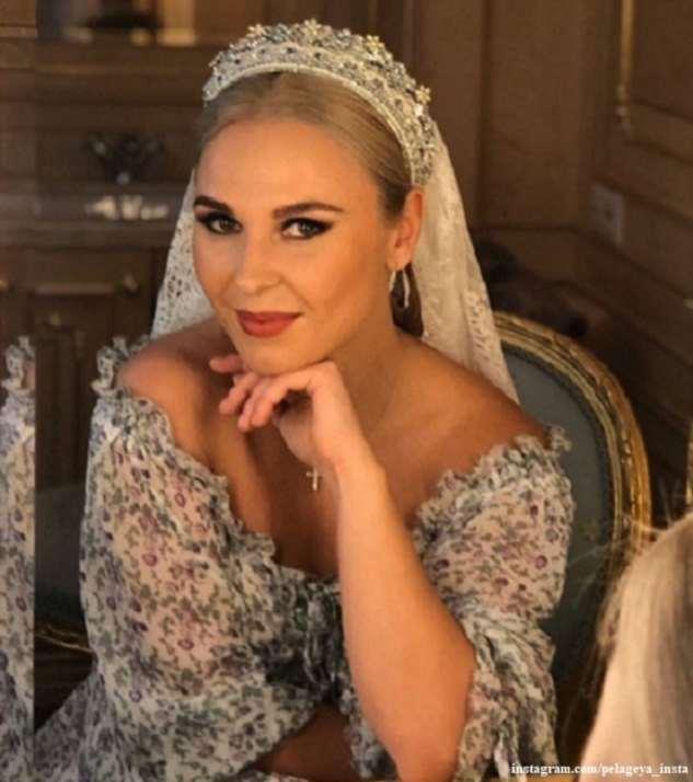 «Царица»: Пелагея в короне и роскошном платье выступила в Кремле