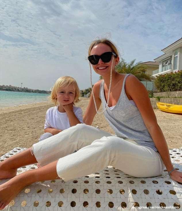 Стефания Маликова проводит время на берегу моря с 2-летним братом