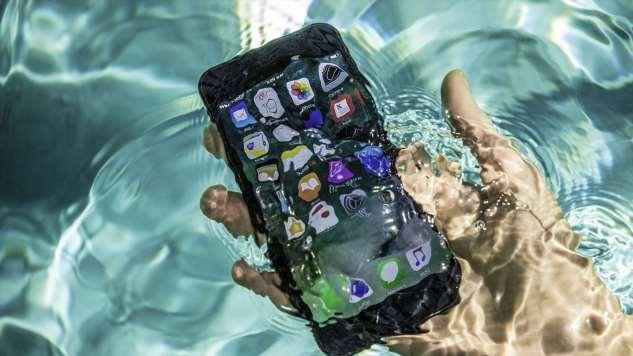 Смартфон упал в воду: что делать и что не поможет