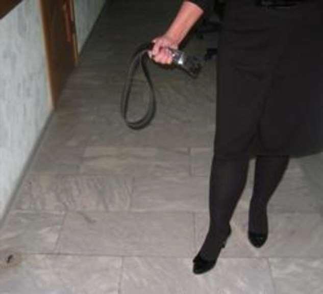 Возвращаясь домой, увидела, что соседка в подъезде бьет моего мужа ремнем