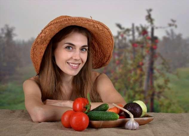 Отпустил Виталий в колхоз свою девушку помидоры убирать