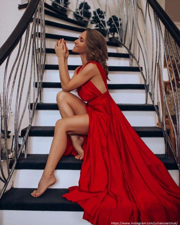 Юлия Ковальчук поделилась фото в провокационном платье без нижнего белья