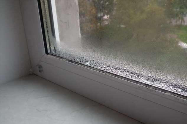 Этот простой трюк с пластиковыми окнами избавит их от конденсата