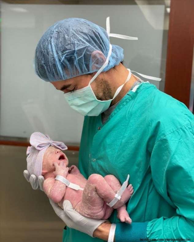 Энрике Иглесиас рассказал о помощи Анне Курниковой с новорожденной дочкой Машей