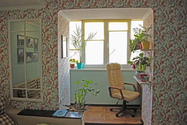 Присоединили балкон к комнате и сделали из него кабинет