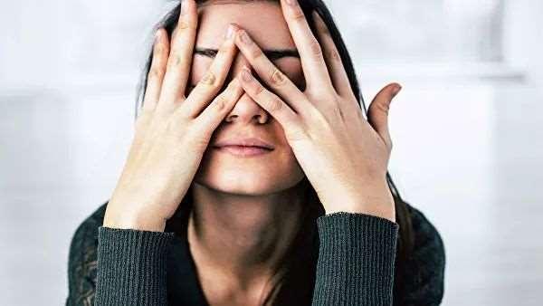 Почему людей тянет трогать лицо руками и как от этого отвыкнуть