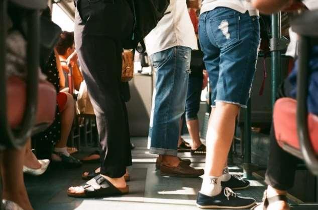 В автобусе для туристов полная женщина подсадила своего ребенка к моим потому что ему не хватало места