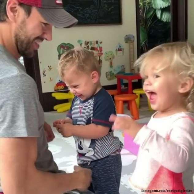 Энрике Иглесиас показал, как играет с подросшим сыном от Анны Курниковой
