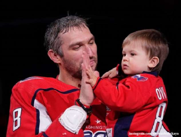 Александр Овечкин обучает полуторагодовалого сына играть в хоккей