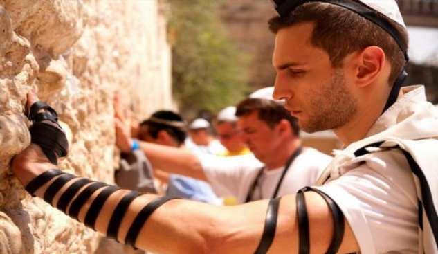 Для чего иудеи наматывают на руку ремень?