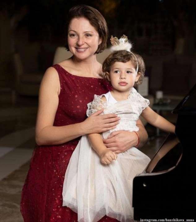 Анна Банщикова поделилась кадрами со дня рождения дочери Маши