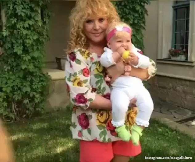 Максим Галкин показал детей Лизу и Гарри, когда они еще не умели ходить