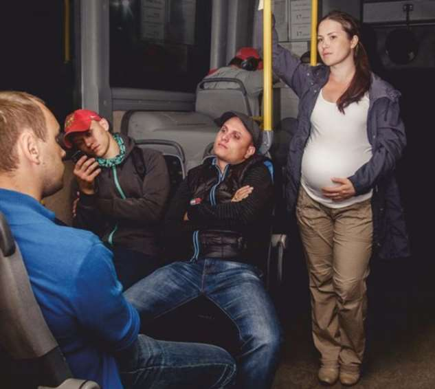 Реакция парня на беременную девушку довела всех пассажиров до настоящей истерики