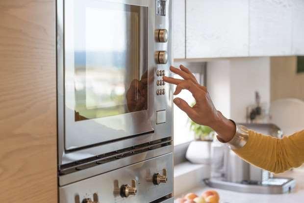 Что можно делать в микроволновой печи и что нельзя в нее ставить