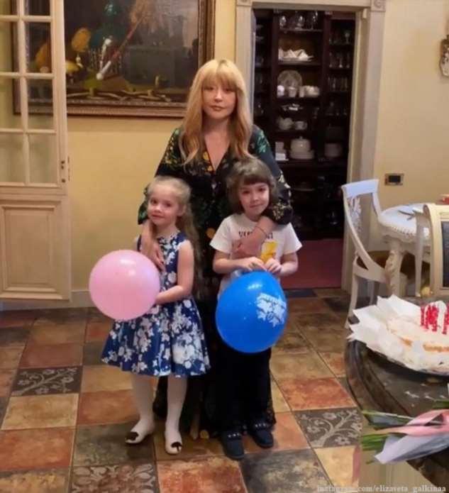 Алла Пугачева с детьми Лизой и Гарри трогательно поздравили с Пасхой поклонников