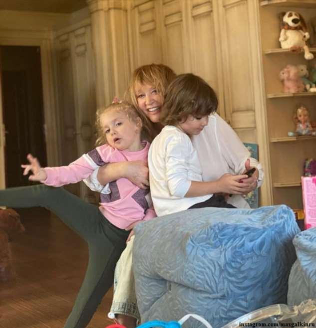 Дети Аллы Пугачевой своим поздравлением и подарками довели ее до слез